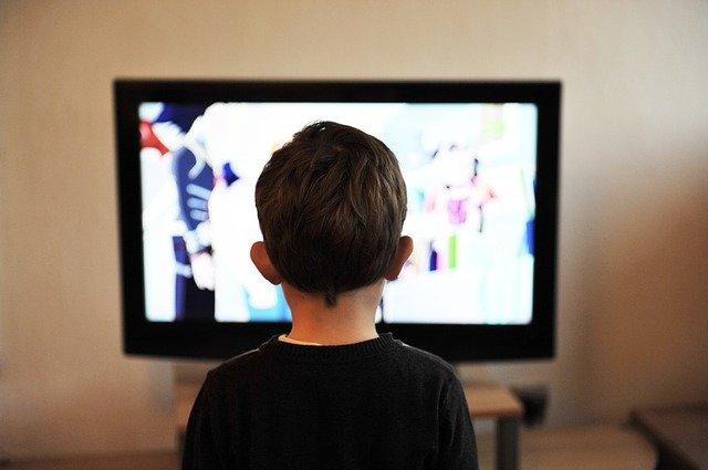 criança assistindo sky tv