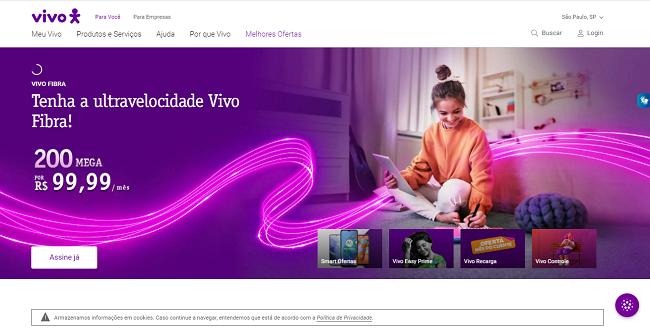 Pessoa acessando o chat Vivo no site da operadora